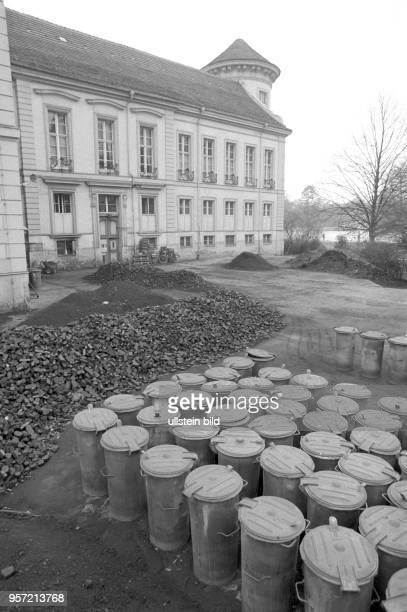 Aschekübel und Braunkohlenbrikett an einem Wirtschaftsflügel von Schloss Rheinsberg aufgenommen am In den 1730er Jahren lebte hier der spätere...