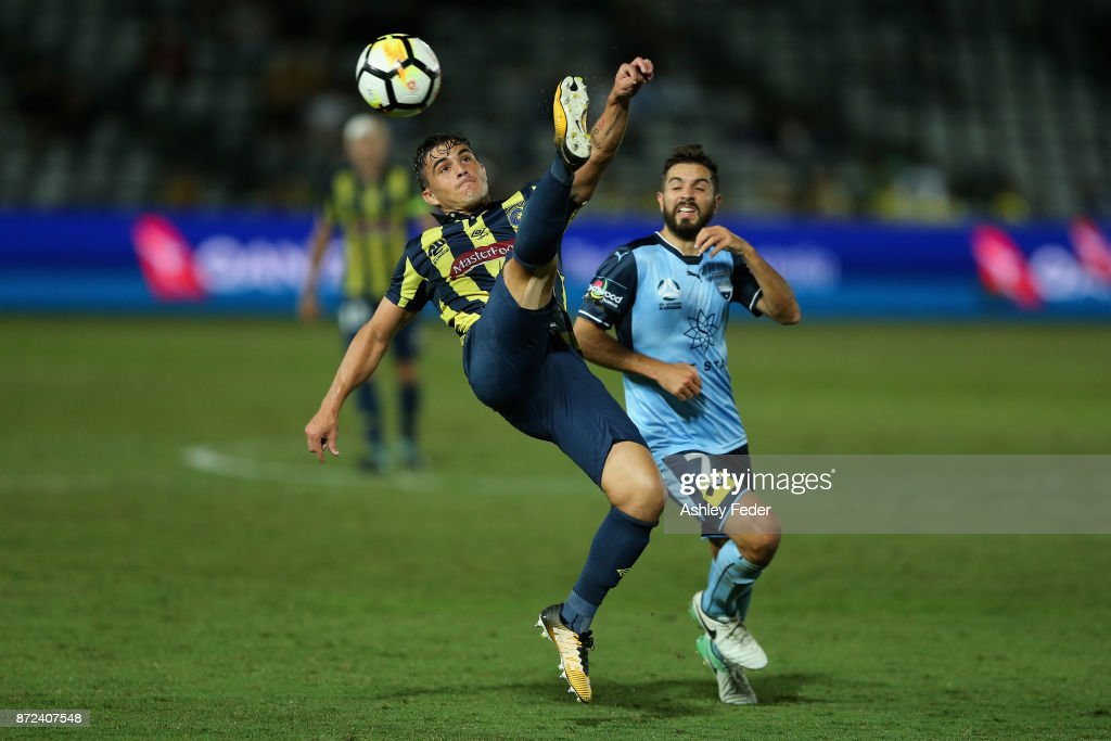 Asdrubal of the Mariners contests the ball against Michael Zullo of Sydney FC during the round six A-League match between the Central Coast Mariners and Sydney FC at Central Coast Stadium on November 10, 2017 in Gosford, Australia.