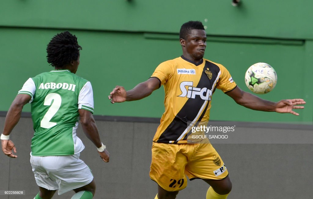 Asec d'Abidjan player Amed Toure (R) vies with Buffaloe's Gabriel Agbodji (L) during the African Champions league football match between Asec d'Abidjan and Buffaloes of Benin at the Felix Houphouet-Boigny stadium in Abidjan on February 21, 2018. /