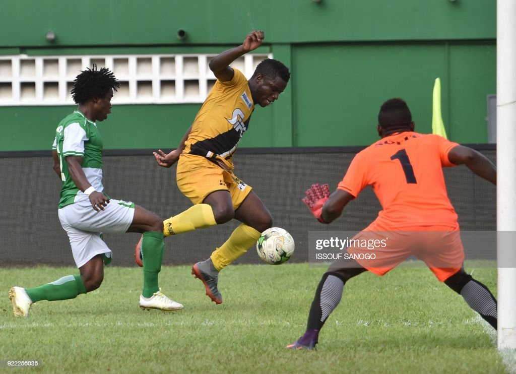 Asec d'Abidjan player Amed Toure (C) vies with Buffaloe's Gabriel Agbodji (L) and goalkeeper Soffo Souradjou (R) during the African Champions league football match between Asec d'Abidjan and Buffaloes of Benin at the Felix Houphouet-Boigny stadium in Abidjan on February 21, 2018. /