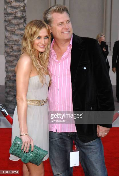 Ashlee Simpson and Joe Simpson during 2006 American Music Awards - Arrivals at Shrine Auditorium in Los Angeles, California, United States.