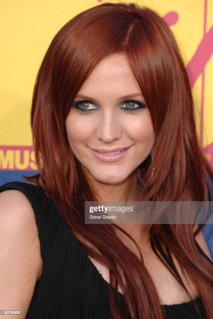 Ashlee Simpson arrives at the 2008 MTV Video Music Awards at Paramount Pictures Studios on September 7, 2008 in Los Angeles, California.