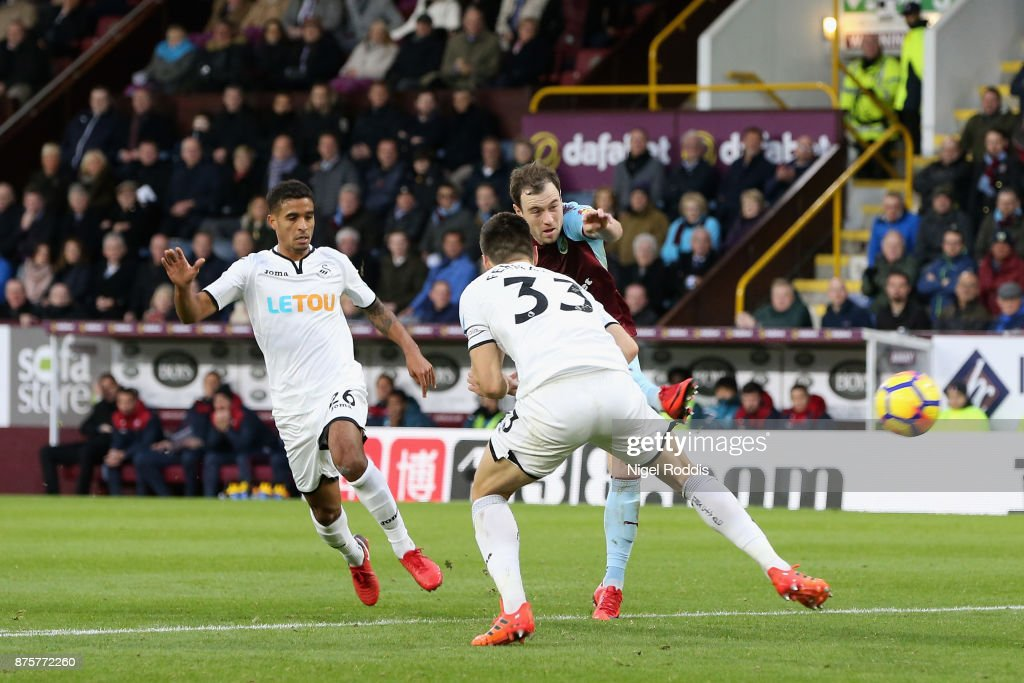 Ashley Barnes of Burnley scores his side's second goal during the Premier League match between Burnley and Swansea City at Turf Moor on November 18, 2017 in Burnley, England.