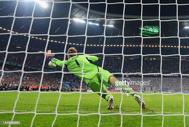 Ashley Cole of Chelsea scores a penalty in the shoot out past Manuel Neuer of FC Bayern Muenchen during UEFA Champions League Final between FC Bayern...