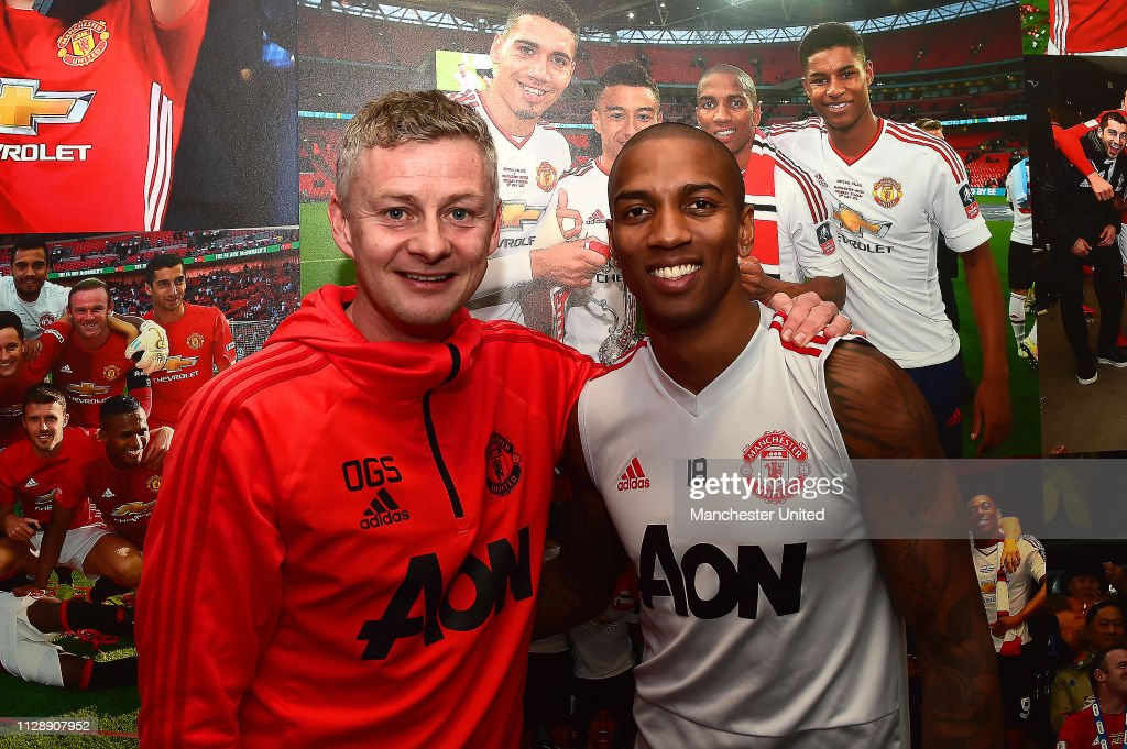 Ashley Young Signs a New Contract at Manchester United : ニュース写真