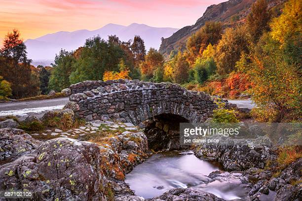ashness bridge, watendlath, keswick, lake district - lake district stockfoto's en -beelden