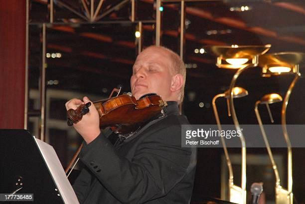 """Ashraf Kateb , """"Captains Club"""", Kreuzfahrtschiff MS """"Astoria"""", Kreuzfahrt, Schiff, Auftritt, Bühne, Geige, Instrument, Musikinstrument, Musiker,"""