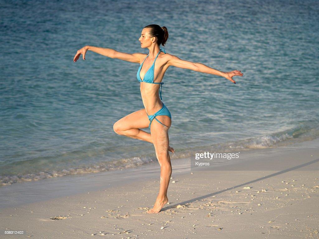 Asia, Maldives, Young Caucasian Woman Wearing Bikini On Beach : Foto de stock