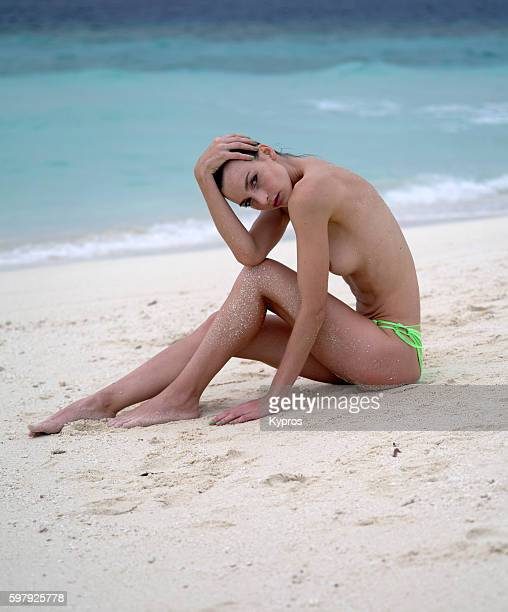 asia, maldives, young caucasian woman wearing bikini on tropical beach - pechos de mujer playa fotografías e imágenes de stock