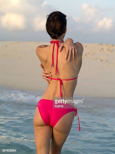 asia, maldives, young caucasian woman wearing bikini on tropical beach - fanny pic fotografías e imágenes de stock