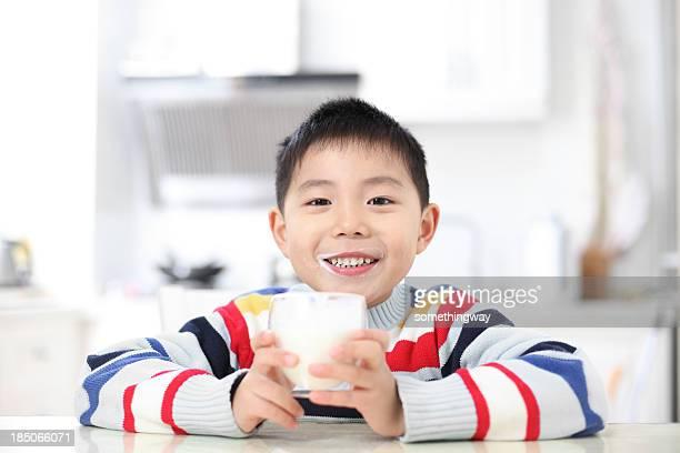 アジアの少年ミルクを飲む - 男子生徒 ストックフォトと画像