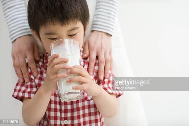 Asiatische junge trinkt Milch