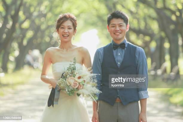 新郎とアジアの花嫁 - ウェディング ストックフォトと画像