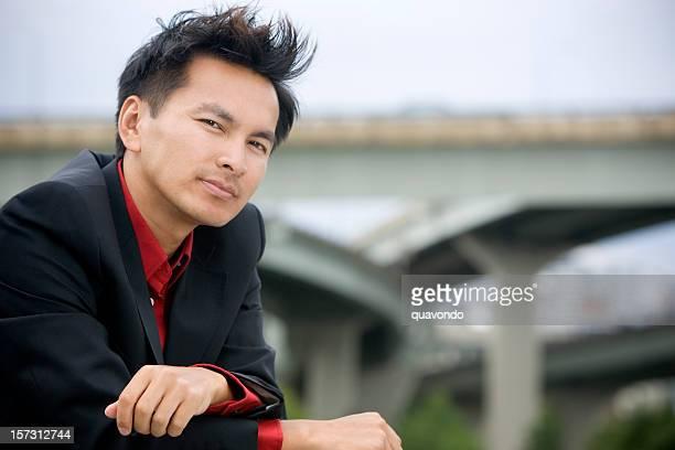 Homme d'affaires asiatique Portrait en costume à l'extérieur, l'espace de copie