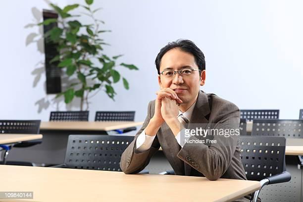 アジアのビジネスの男性のポートレートリラックスのポーズ