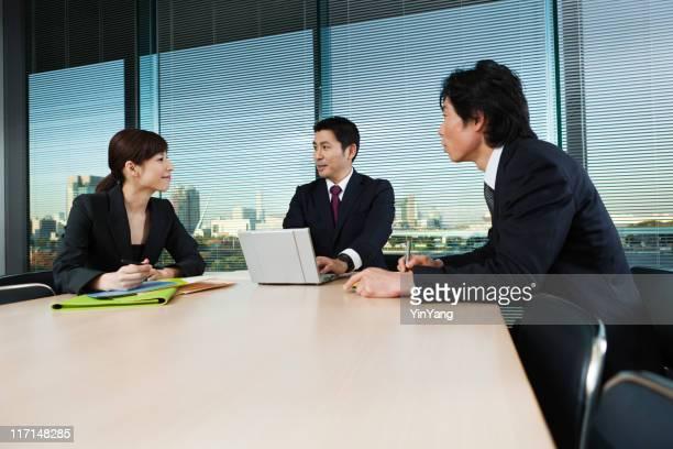 アジアのビジネスオフィスでのミーティング、コンファレンスルームの日本東京