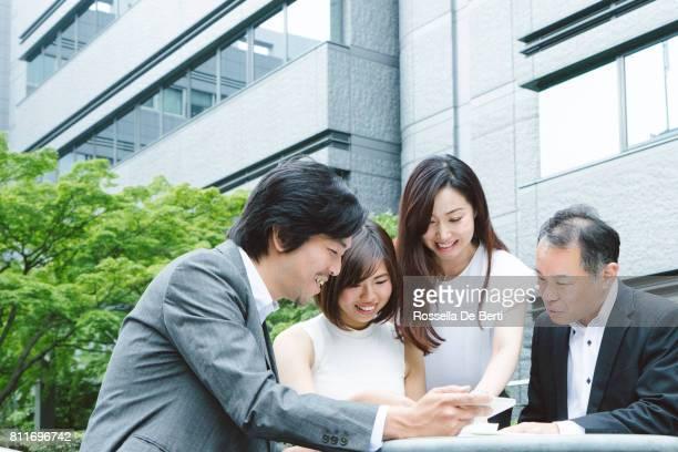 アジア ビジネスの人々 が屋外の会議を持っていること