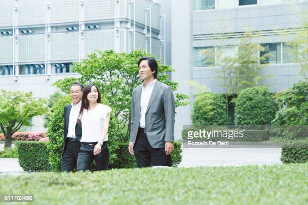 Aziatische zakenmensen lopen naar het kantoor
