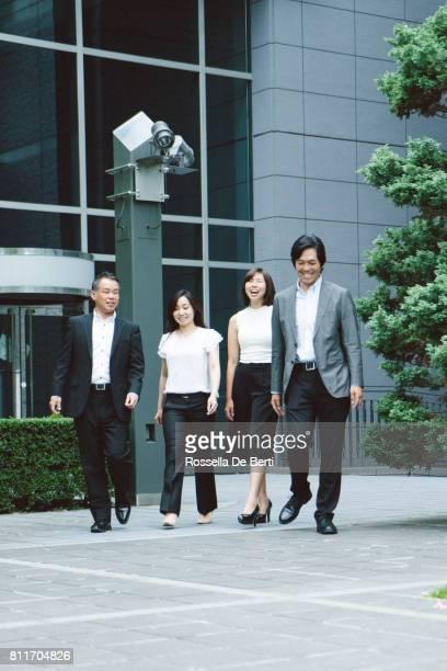 事務所に歩いてアジア ビジネス人々 - 4人 ストックフォトと画像