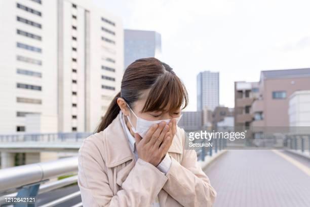 医療マスクを着用したアジアのビジネスマン、くしゃみ - くしゃみ ストックフォトと画像