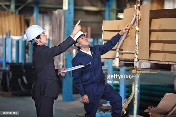 アジアのビジネスマンのチェックの倉庫在庫 - コントロール ストックフォトと画像