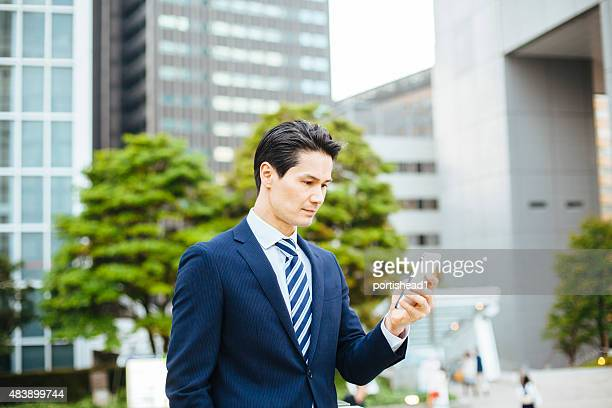 アジアのビジネスマンを持つ携帯電話