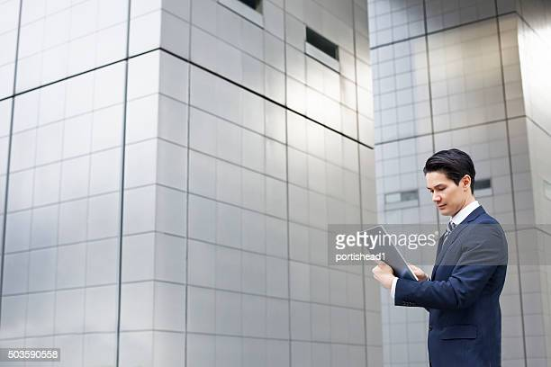 アジアの実業家のタブレット pc を保持
