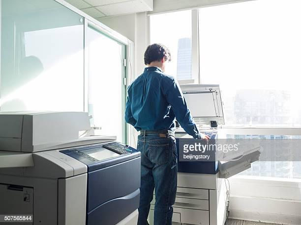 アジアのビジネスマンオフィスで