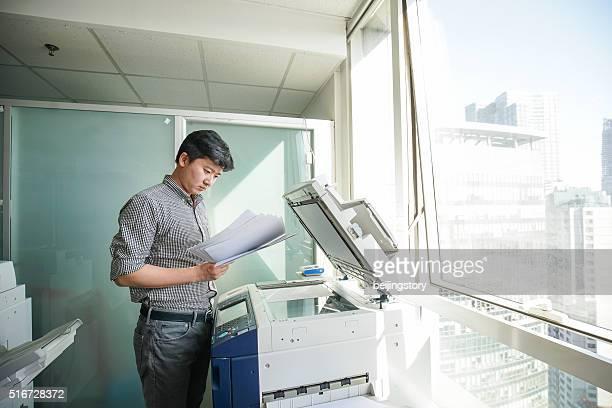 Asiatique Homme d'affaires dans un bureau-copie fichier