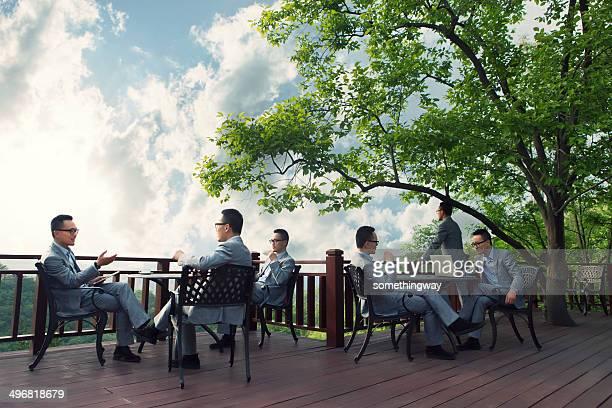 アジアのビジネスマンのミーティングには、屋外のコーヒーホール