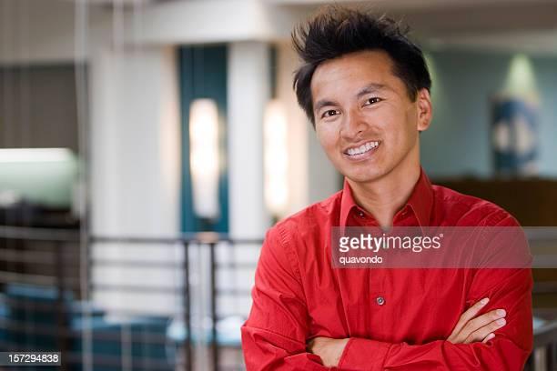 Portrait de l'homme d'affaires asiatique avec les bras croisés dans le bureau, espace de copie
