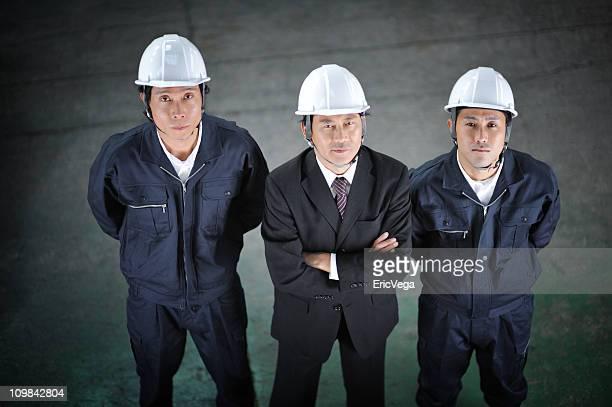 アジアのビジネスマンが倉庫の従業員