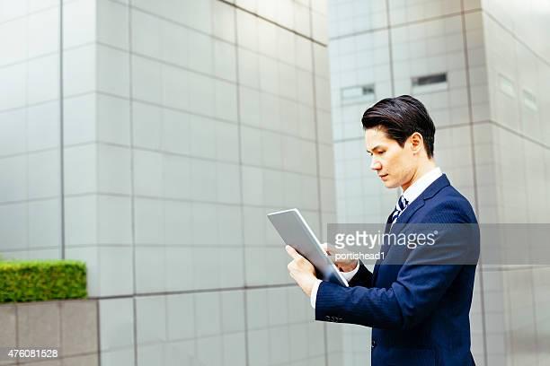 アジアで作業の実業家のタブレット pc