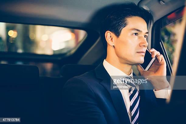 アジアのビジネスマンには、車両の後部座席