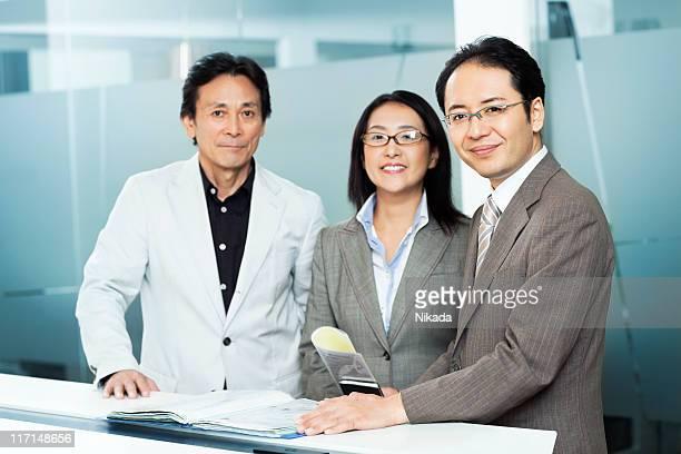 アジア businessteam - 3人 ストックフォトと画像