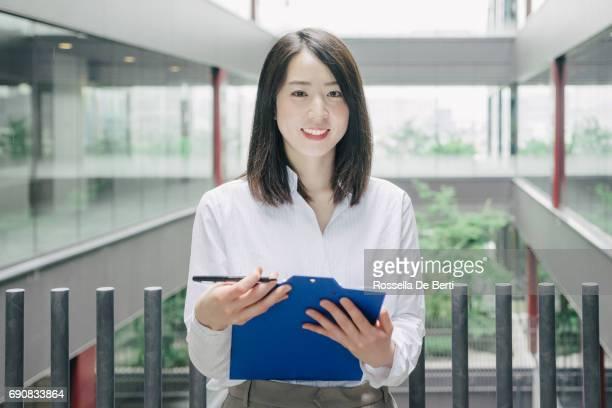 カメラを見てアジアの実業家