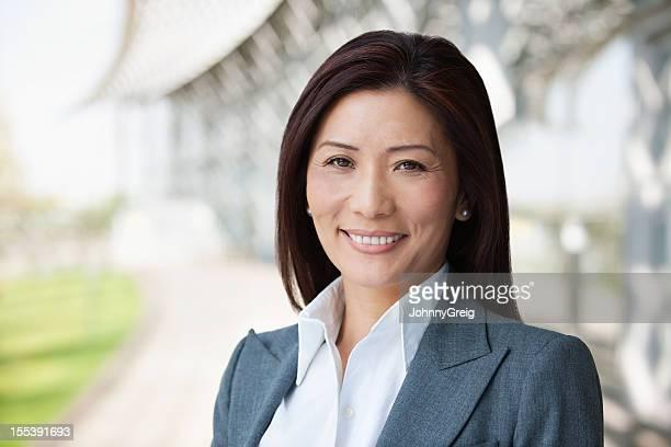 Mulher de negócios asiáticos sorridente