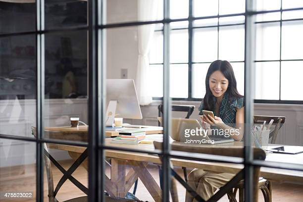 asian businesswoman using smartphone - flexplekken stockfoto's en -beelden