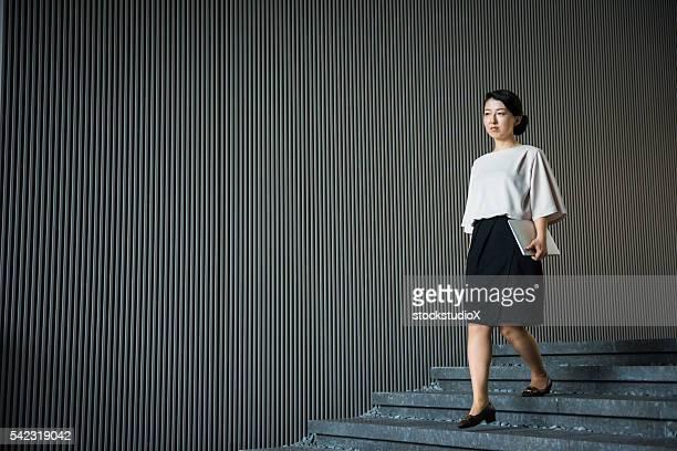 アジア女性実業家、ノートパソコン - minimalist living in japan ストックフォトと画像