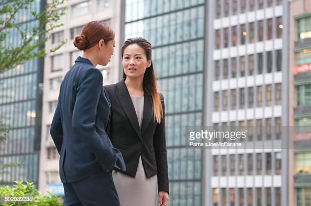 アジア Businesswomen が深刻ディスカッションです。