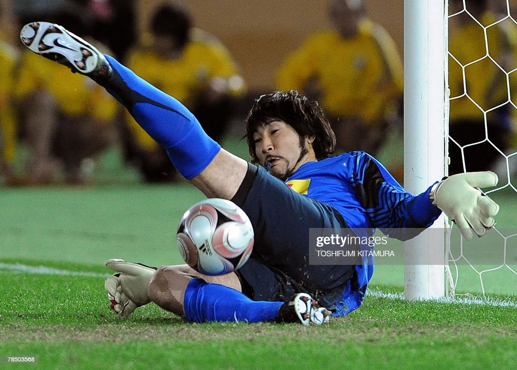 Asian champion Urawa Reds goalkeeper Ryota Tsuzuki stops African champion Etoile Sahel midfielder Mejdi Traoui's penalty kick during the penalty shootout on their Club World Cup Japan 2007 play-off match for the third place in Yokohama, 16 December 2007. Urawa beat Sahel by 2-2 (4-2) to clinch the third place.