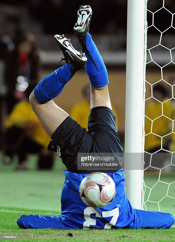 Asian champions Urawa Reds goalkeeper Ryota Tsuzuki fails to stop a penalty kick by African champions Etoile Sahel midfielder Bessem Ben Nasr during their penelty shootout of the Club World Cup Japan 2007 play-off match for the third place in Yokohama, 16 December 2007. Urawa beat Sahel by 2-2 (4-2) to clinch the third place.