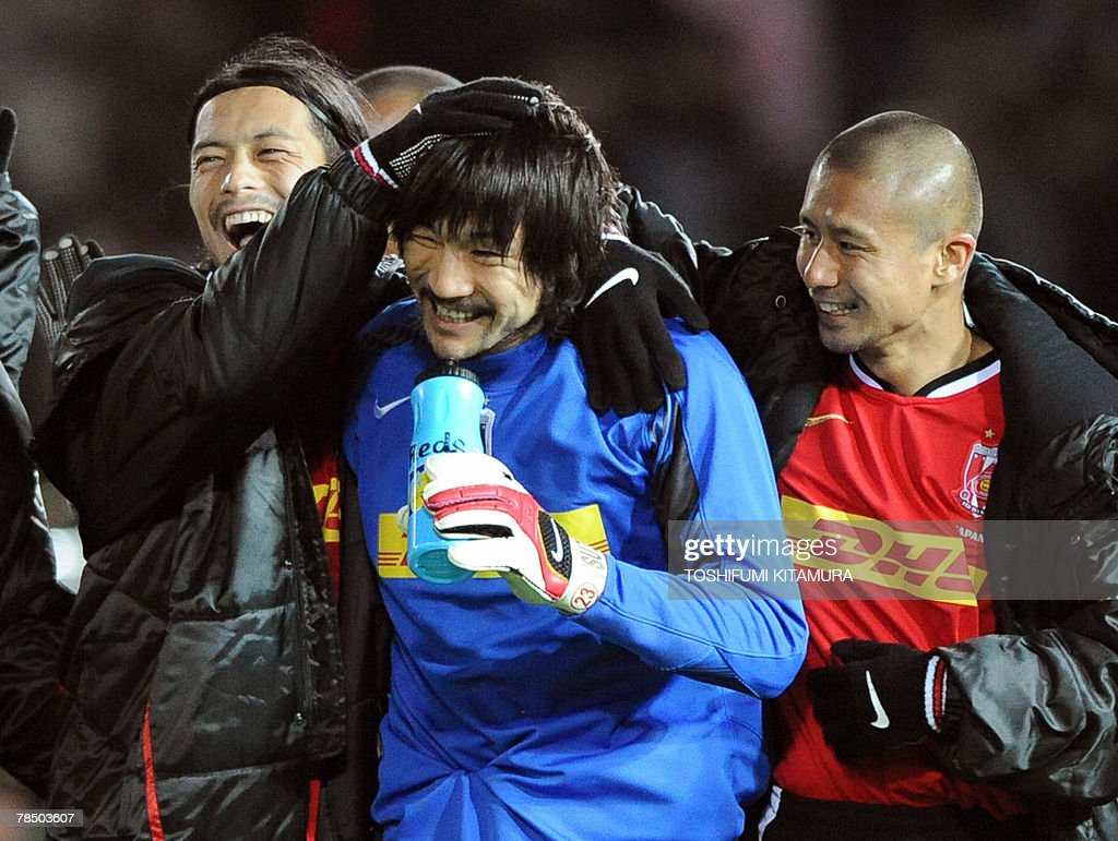 Asian champions Urawa Reds goalkeeper Ryota Tsuzuki (C) is congratulated by team mates, midfielder Keita Suzuki (L) and defender Keisuke Tsuboi (R) after beating African championd Etoile Sahel by the penalty shootout during the Club World Cup Japan 2007 play-off match for the third place in Yokohama, 16 December 2007. Urawa beat Sahel by 2-2 (4-2) to clinch the third place.