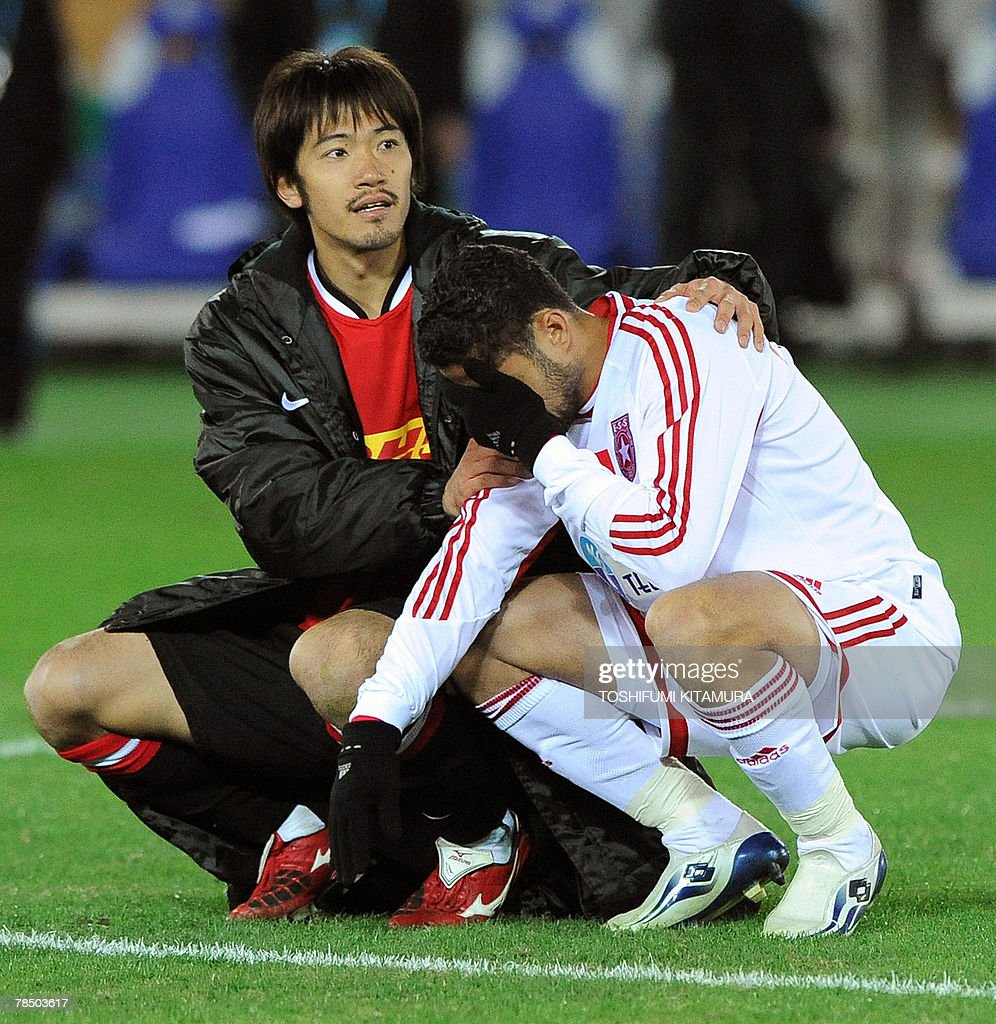 Asian champions Urawa Reds midfielder Yuki Abe (L) comforts African champion Etoile Sahel defender Mehdi Meriah (R) after their penalty shootout in the Club World Cup Japan 2007 play-off match for the third place in Yokohama, 16 December 2007. Urawa beat Sahel by 2-2 (4-2) to clinch the third place.