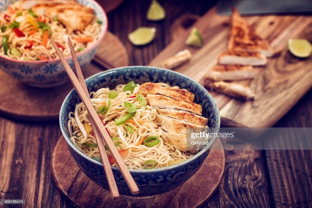 Asiatische Stir-Fry-Hühnchen-Nudeln : Stock-Foto