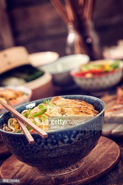 アジア風ヌードル炒めたチキン