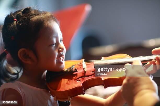 Aziatische kind Playing viool