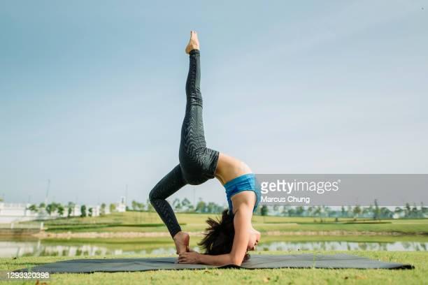 aziatische chinese mooie vrouwen die yoga bij openbaar meerpark uitoefenen - fitnessmat stockfoto's en -beelden