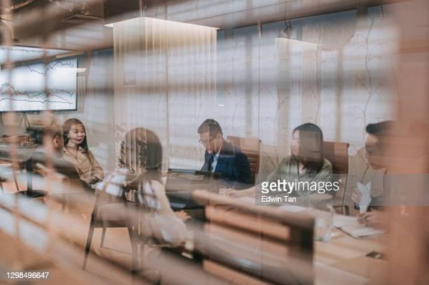 asiatische chinesische geschäftstreffen in derboardroom diskussion - television show stock-fotos und bilder