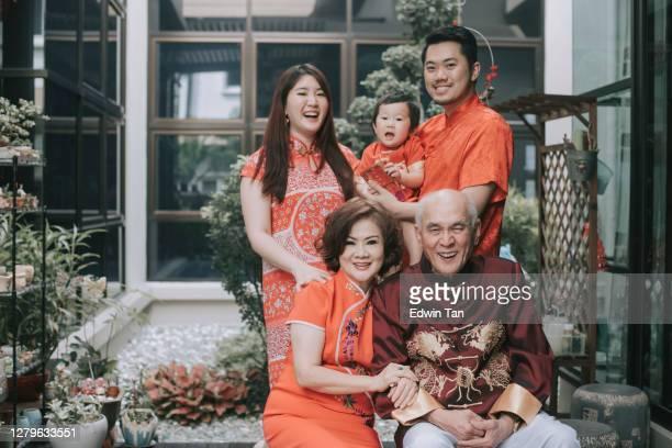 famille chinoise asiatique célébrant la nouvelle année chinoise regardant camerafor meilleurs voeux, chance, prospérité et santé - représenter photos et images de collection